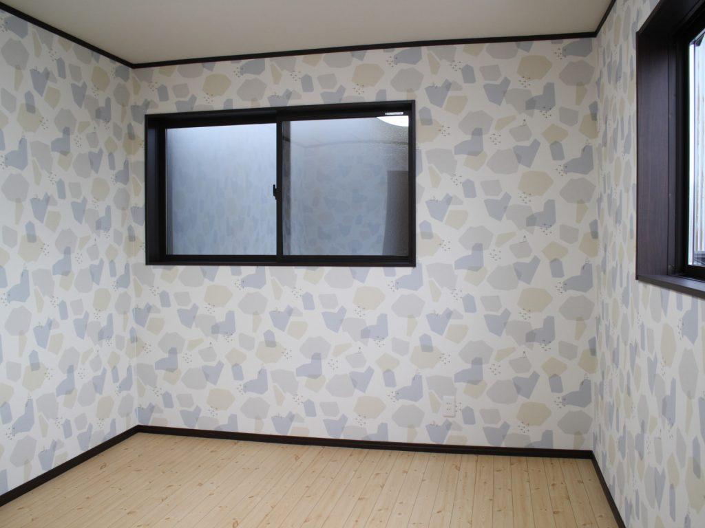 納戸は将来の子供部屋にぴったりのかわいらしいクロスで仕上げました。