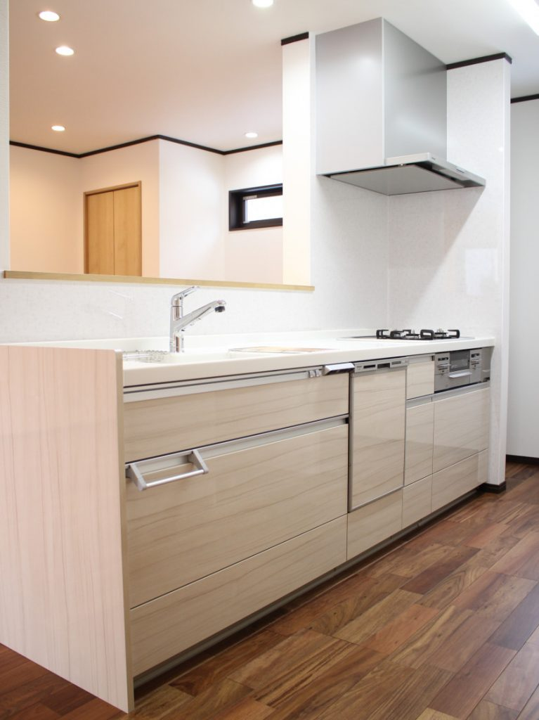 お料理が趣味のご主人がこだわったキッチンにはPanasonicの「リフォムス」を選ばれました。 キッチン横には大きな食器な調理器具が収納できるパントリーを作りました!