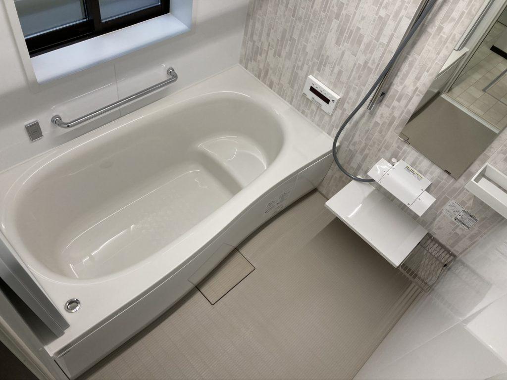 1616サイズの浴室が納まるよう、脱衣室を少し増築しました。足を伸ばして入れる浴槽になりました(^^) バスはPanasonicの「オフローラ」です。
