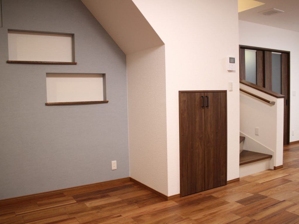 階段下にもニッチ・収納を設けています。 写真や小物がたくさん飾れますね(^^)