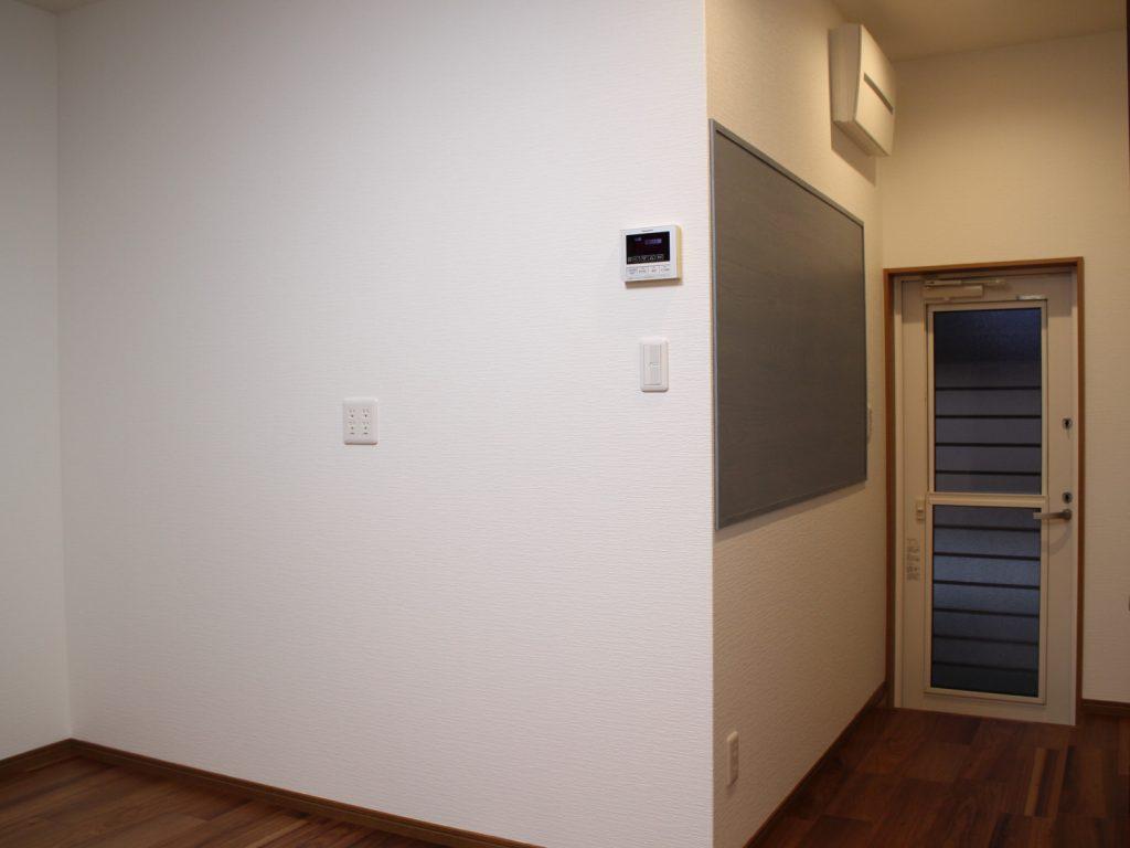 キッチン背面にはPanasonicのマグネット対応化粧ボードを設置しました。