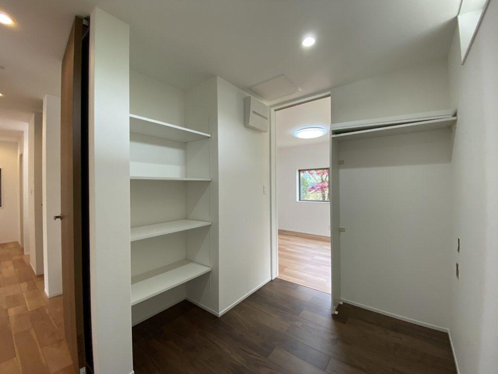 【ご主人の書斎】 書斎だけ床の色を変えて、落ち着いた雰囲気になりました。 3畳のコンパクトな空間ですが、可動棚スペースを3ヶ所作ったので、沢山の本が収納できます。
