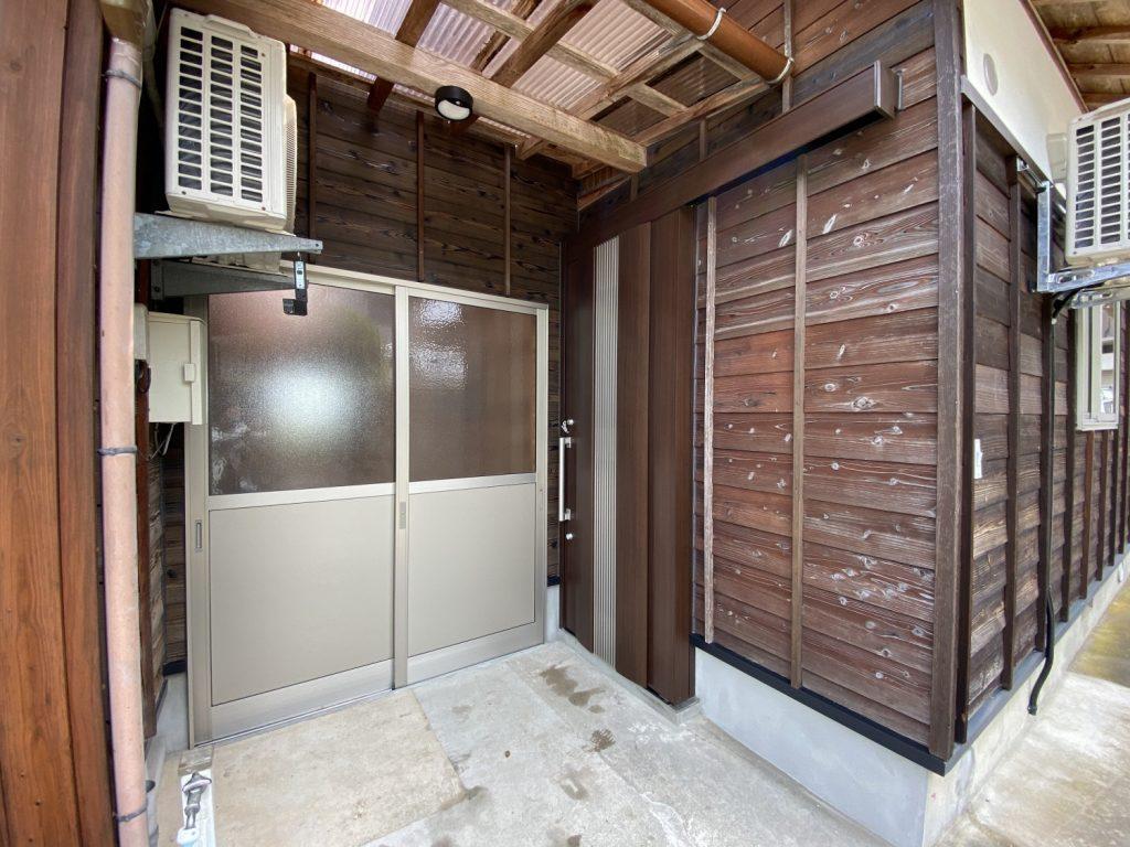 玄関ドアも一新しました。 土間部分にも出入口を新設したので、よりプライベートな空間となりました。