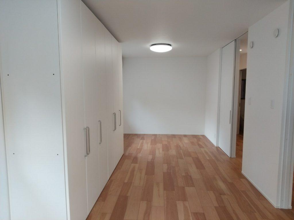 【子供部屋】 お子様が小さいうちは広々と遊べるように1部屋に。 大きくなって個々に部屋が必要になった時には、写真右部分にある間仕切り収納を使って部屋を仕切ることが出来ます!