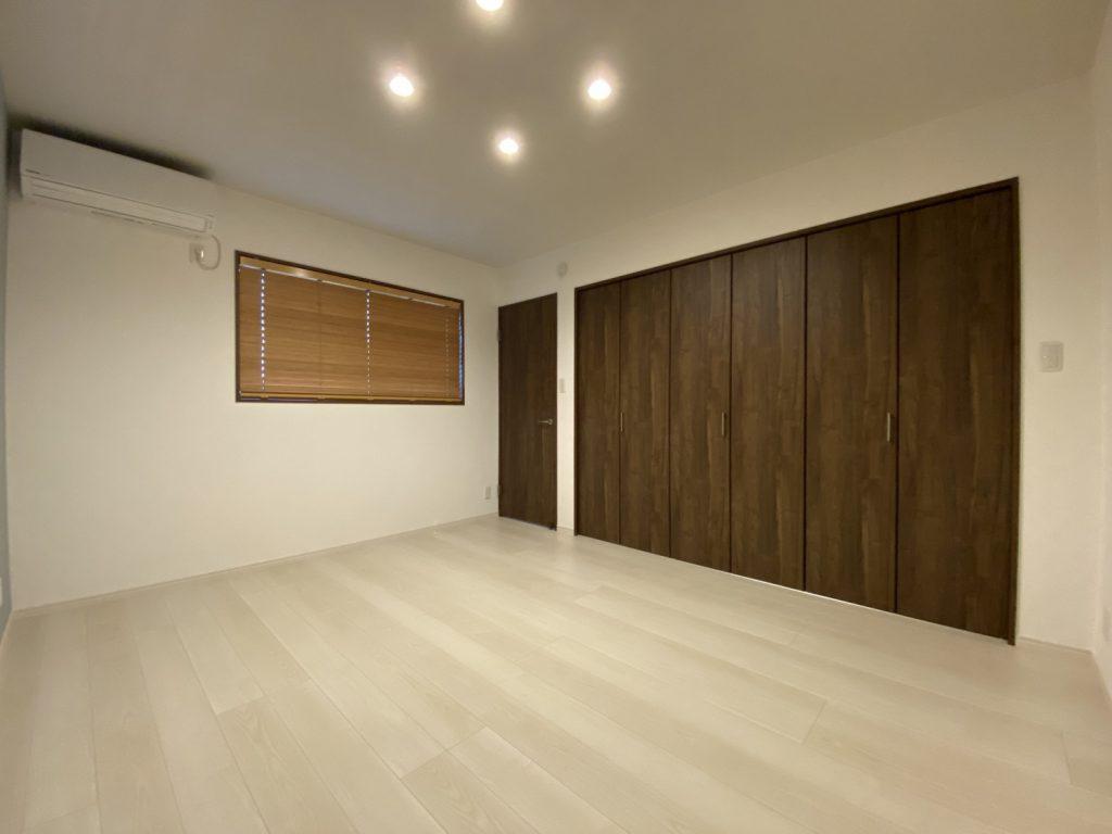 新設した寝室です。 リビングとは床の色味を変えて安らげる空間になりました。 ウッドブラインドもおしゃれですね★