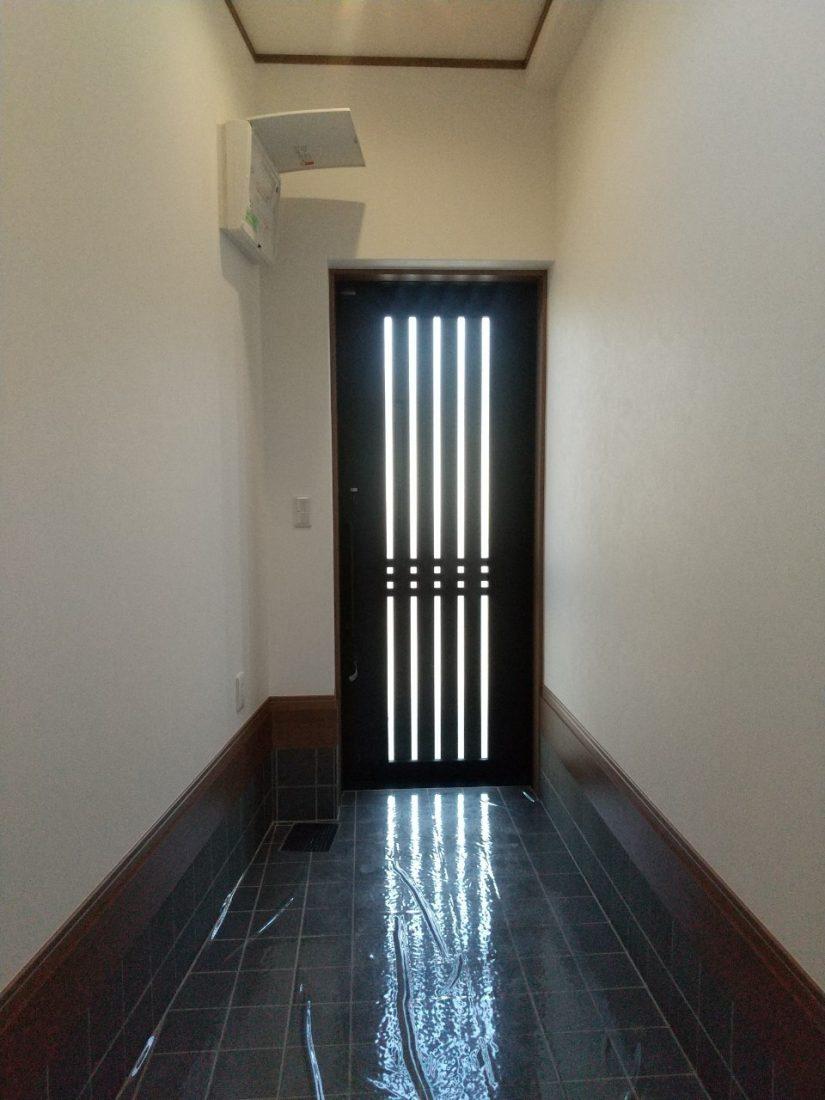 タイルを張り、ドアも交換して玄関も生まれ変わりました。